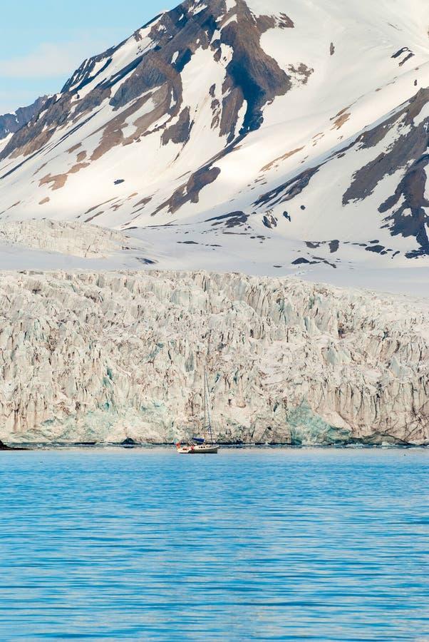 在冰川前面的帆船在斯瓦尔巴特群岛,北极 免版税图库摄影