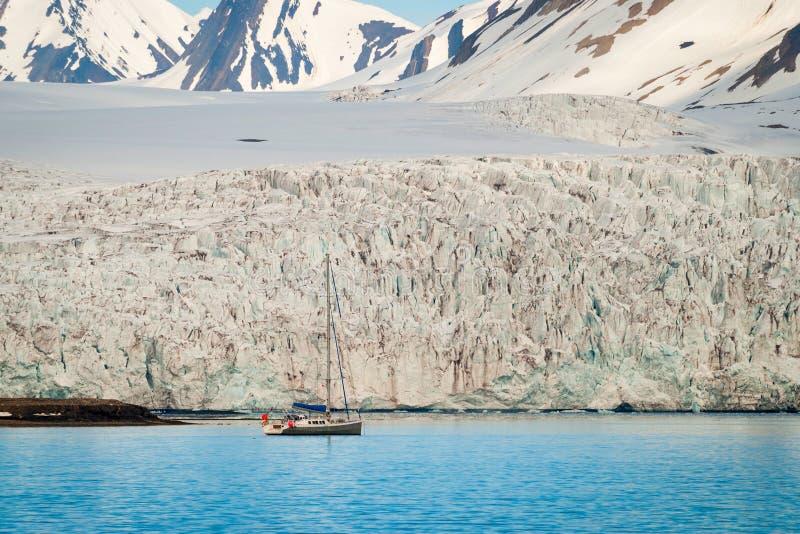 在冰川前面的帆船在斯瓦尔巴特群岛,北极 库存照片