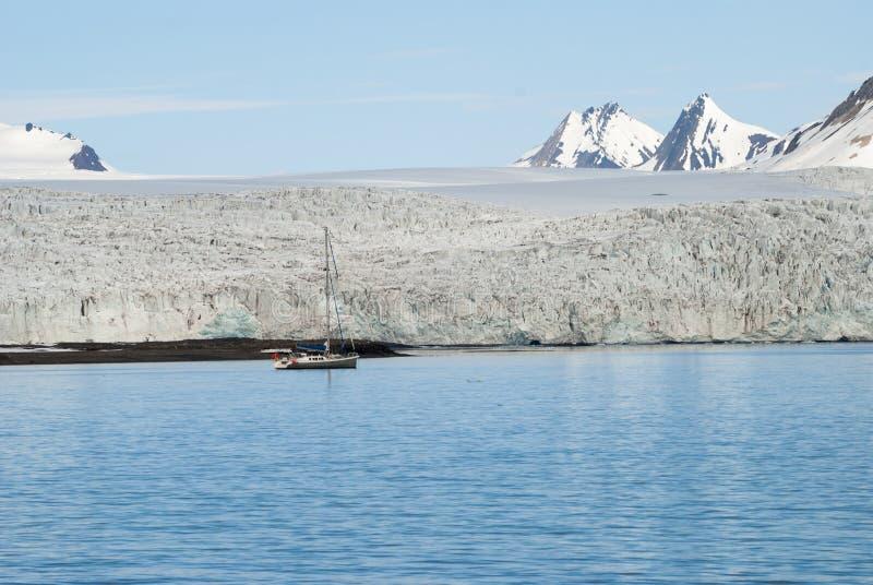 在冰川前面的帆船在斯瓦尔巴特群岛,北极 库存图片