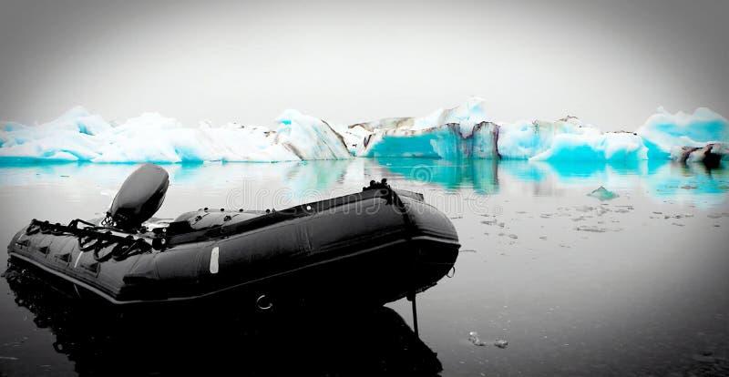 在冰川旁边的Ponoton,冰岛 图库摄影