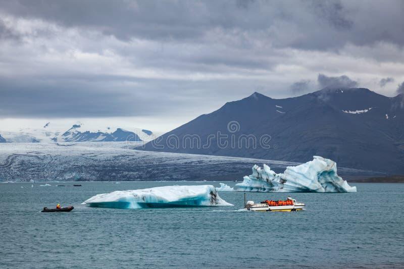 在冰川湖冰河湖冰岛东南斯堪的那维亚的小船游览 免版税库存照片
