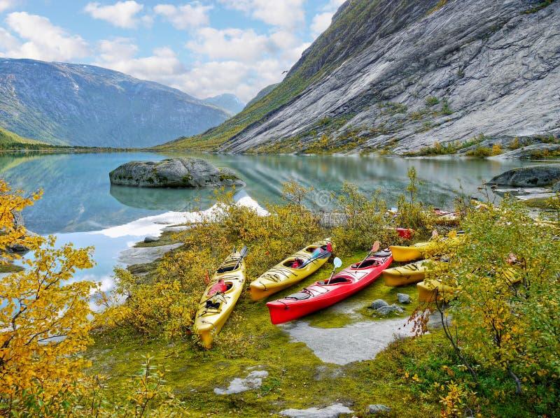在冰川湖,秋天的皮船 库存图片