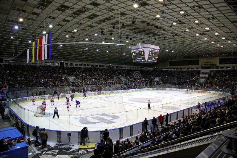在冰曲棍球比赛期间的体育场 库存照片