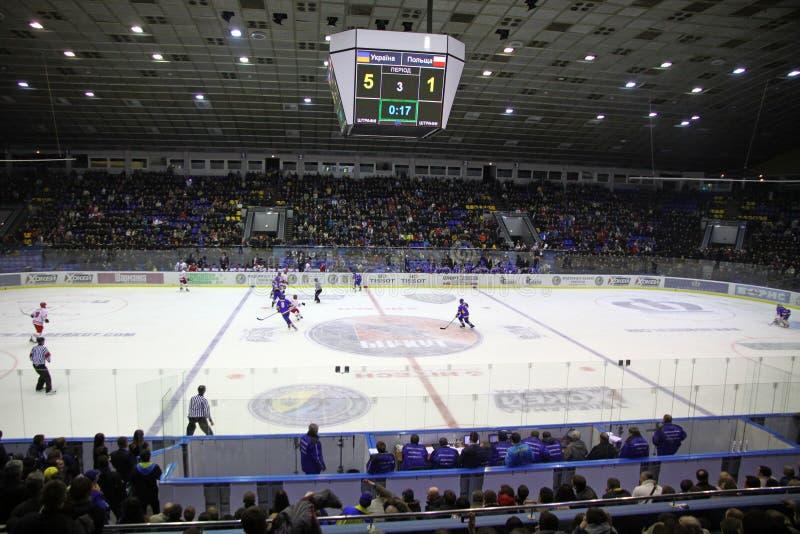 在冰曲棍球比赛期间的体育场 库存图片