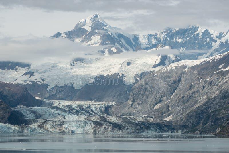 在冰河海湾,阿拉斯加的山 库存照片