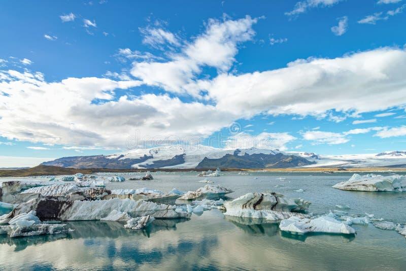 在冰河湖冰川盐水湖,冰岛的冰山 免版税库存图片
