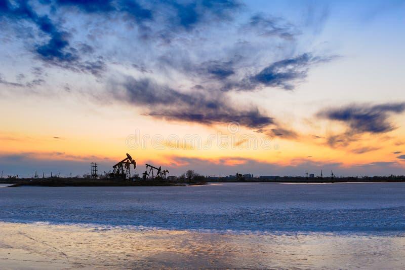 Download 在冰湖的油抽的机器 库存图片. 图片 包括有 油田, 住宅, 湖边, 风景, 蓝色, 融解, 云彩, 东部 - 30338253