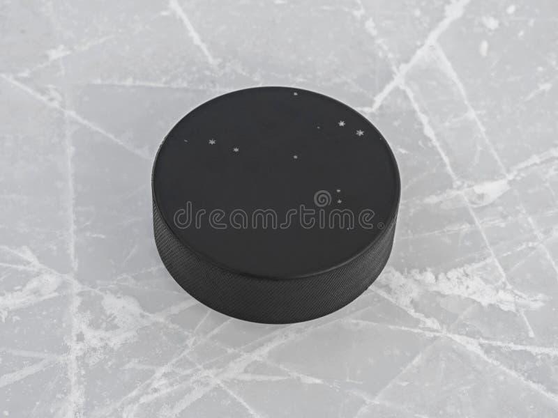 在冰球场关闭的冰球 免版税图库摄影