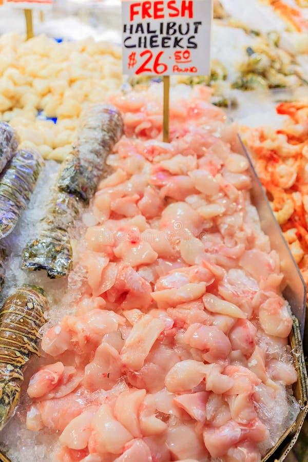 在冰的大比目鱼面颊在派克市场的待售在西雅图,华盛顿 免版税库存图片