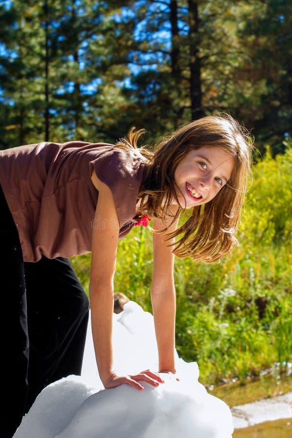 在冰的女孩攀登 免版税库存图片