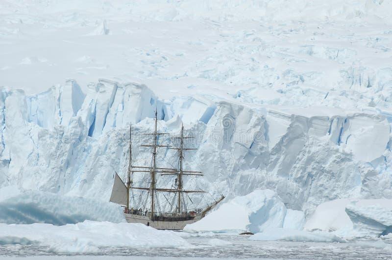 在冰的帆船 免版税库存照片