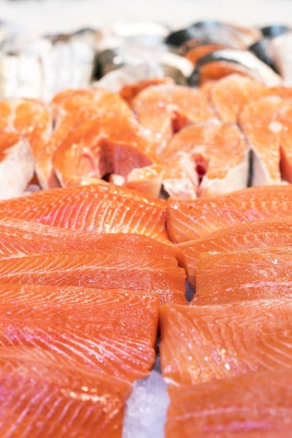 在冰的新鲜的鳟鱼内圆角 健康的食物 免版税库存照片