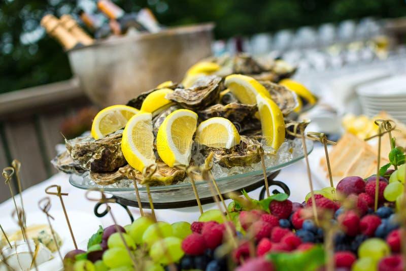 在冰的牡蛎在自助餐桌上,承办宴席 免版税库存图片