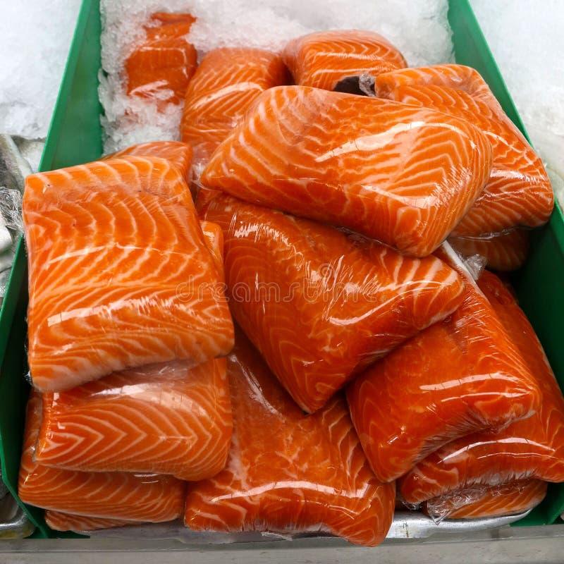 在冰的玻璃纸包裹的三文鱼内圆角 免版税图库摄影