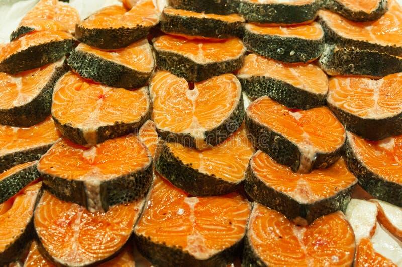 在冰的鲑鱼排在市场摊位 免版税库存照片
