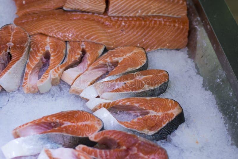 在冰的鲑鱼排 图库摄影