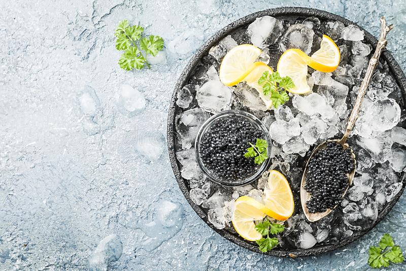 在冰的黑色鱼子酱 图库摄影