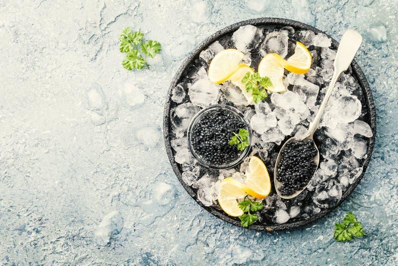 在冰的黑色鱼子酱 库存照片