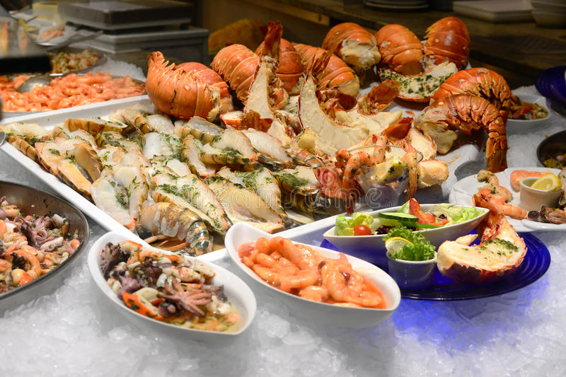 在冰的龙虾;海鲜menues在餐馆 免版税库存图片