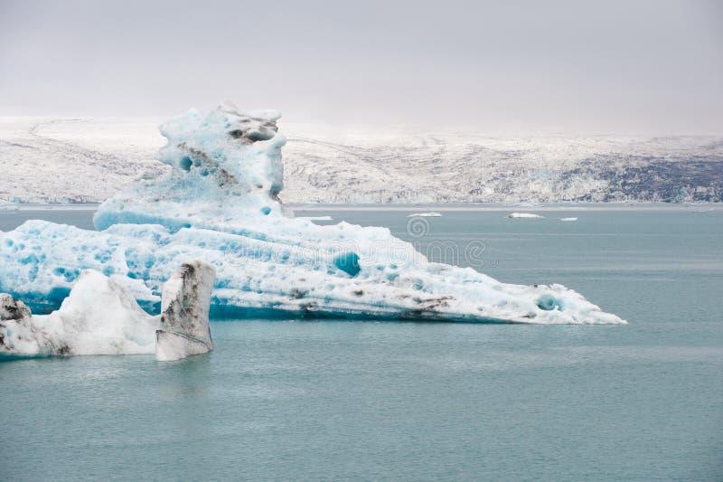 在冰盐水湖Jokulsarlon,冰岛的浮动冰山 库存照片