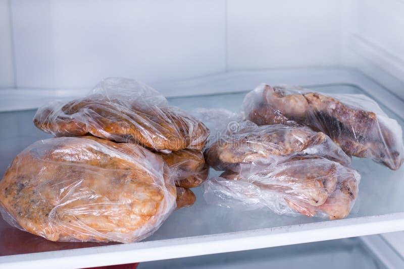 在冰箱的油煎的猪肉内圆角 准备好饭食 库存照片