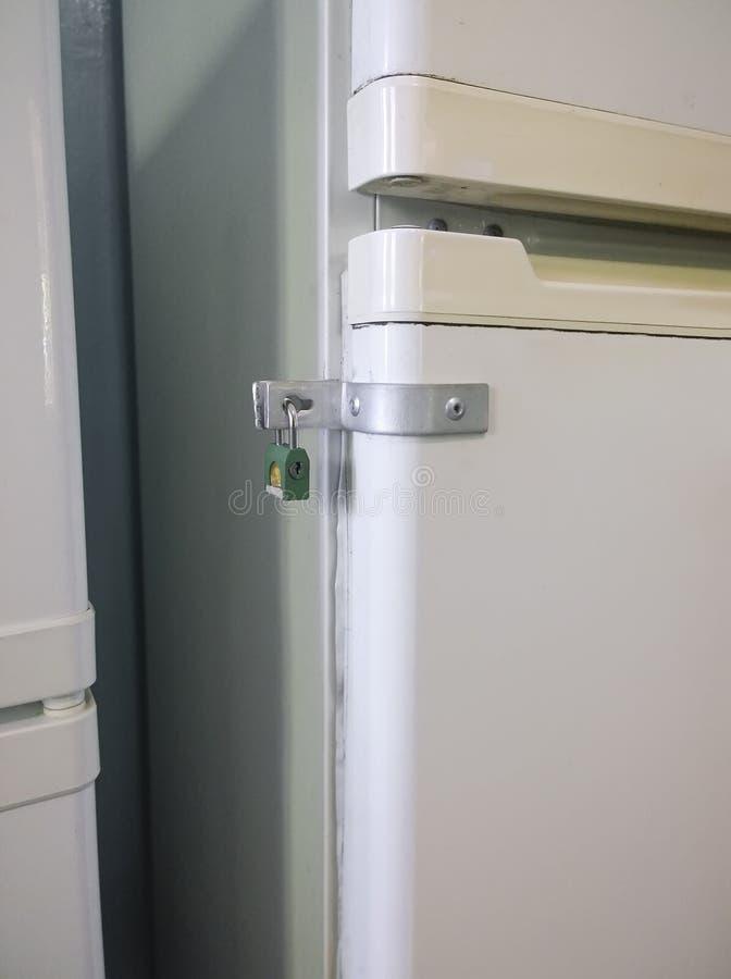 在冰箱的食物被锁 库存照片