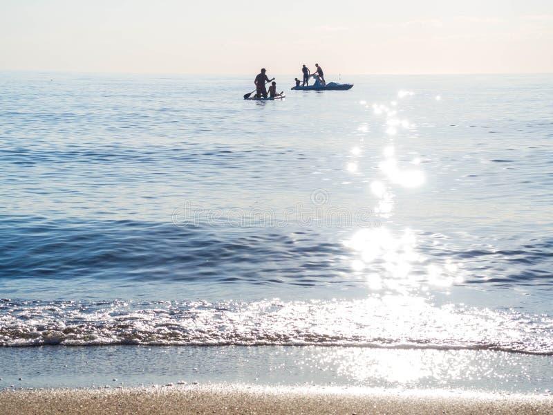 在冲浪的SAP的,筏公海进晚餐冲浪的训练,游泳 库存照片