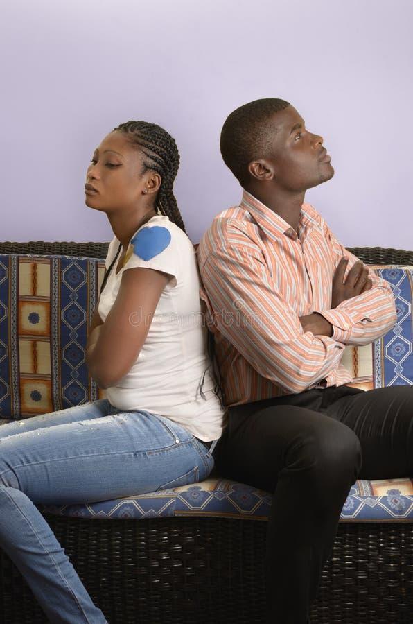 在冲突的年轻非洲夫妇 库存照片