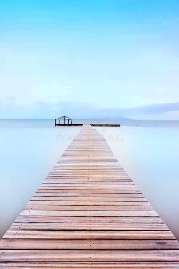在冷大气的木码头。 托斯坎海岸。 免版税库存照片