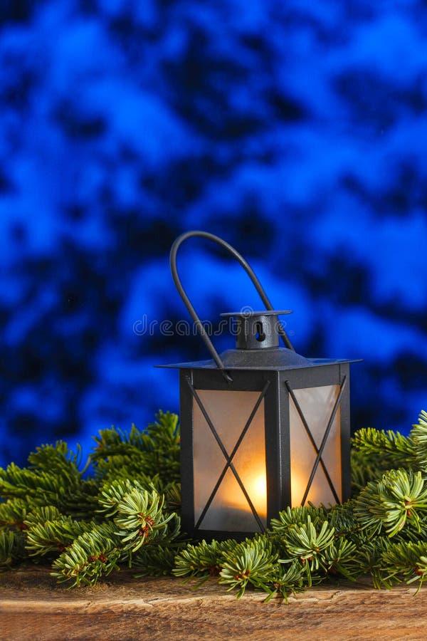 在冷杉分支的美丽的灯笼 免版税图库摄影