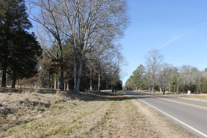 在冷气候的乡下路与蓝天 库存图片
