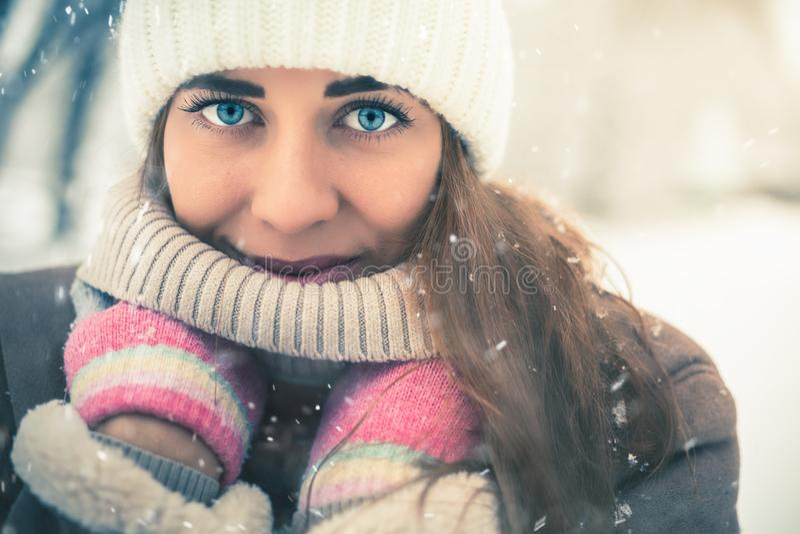 在冷的多雪的冬天走在纽约的美丽的妇女 库存照片