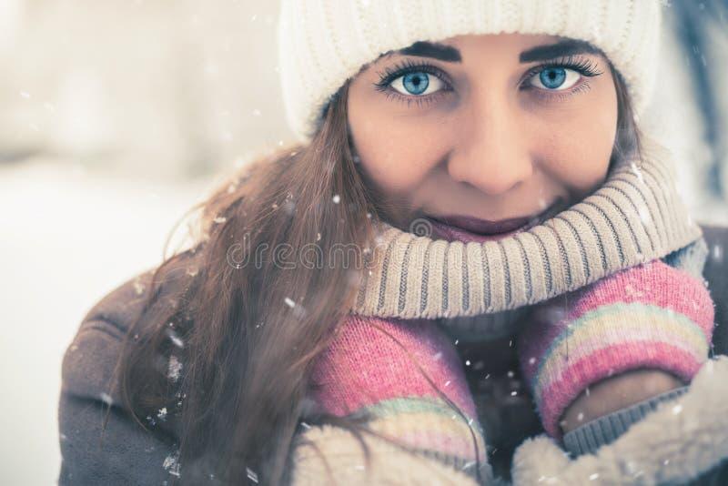 在冷的多雪的冬天走在纽约的美丽的妇女 免版税库存照片