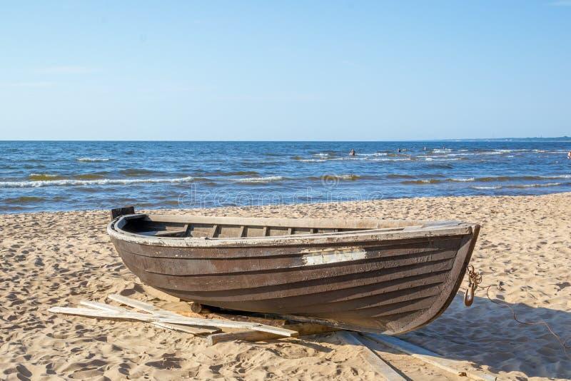 在冷的波罗的海的海岸的木小船 免版税库存图片