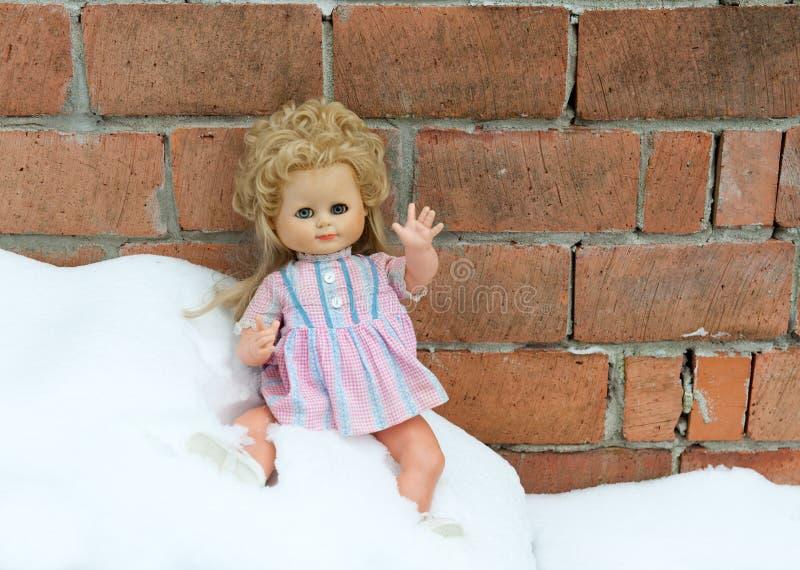 在冷的雪的失去的玩偶 库存照片