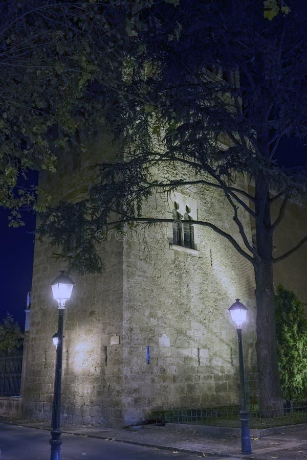 在冷的Decembe照亮的一个老摩尔人塔的夜视图 免版税库存图片