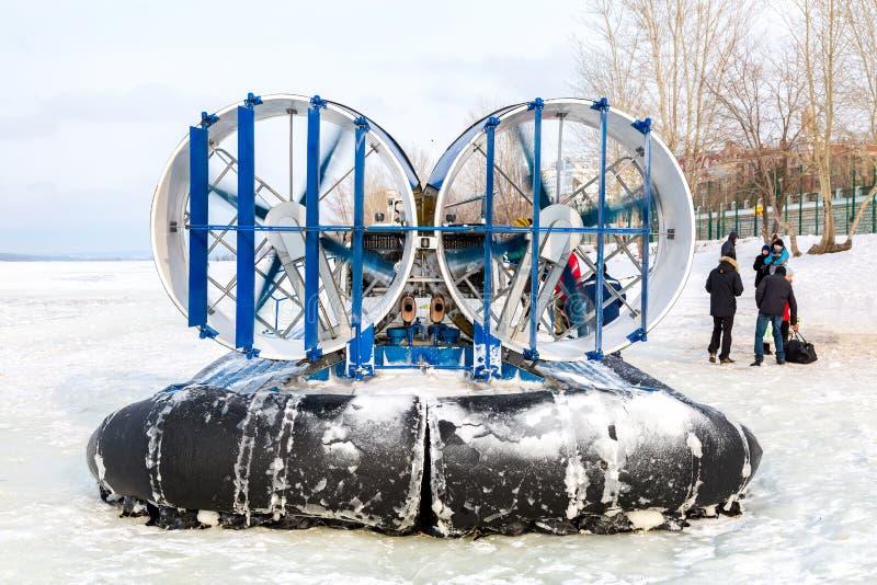 在冻伏尔加河的冰的乘客气垫船胜利的 库存图片