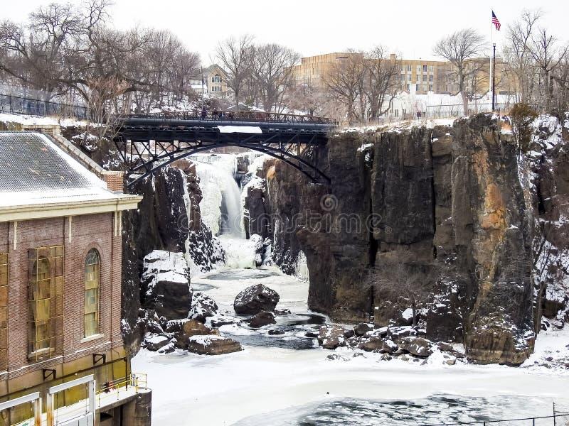 在冻佩特森瀑布的桥梁,新泽西 免版税图库摄影
