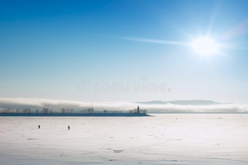 在冻水的渔夫步行 图库摄影