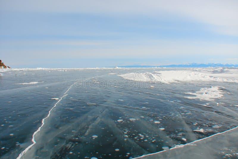 在冻湖的厚实的深蓝冰 免版税库存照片