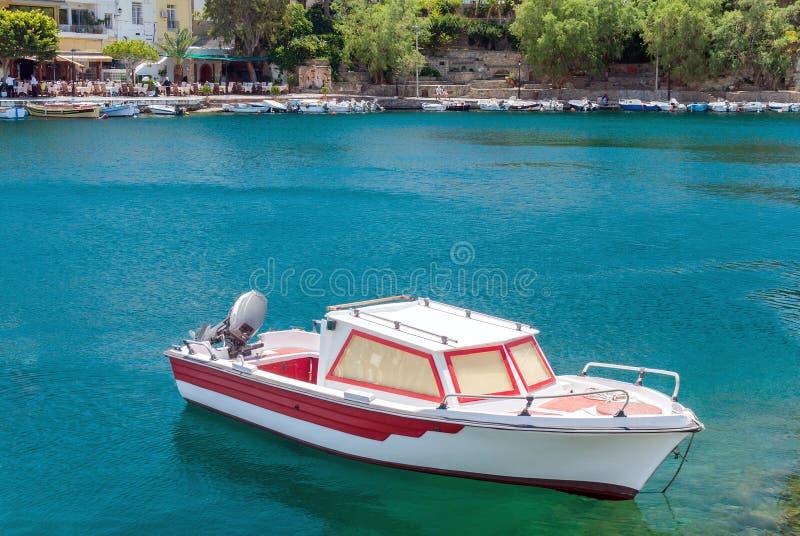 在净水停泊的小汽艇 免版税库存图片