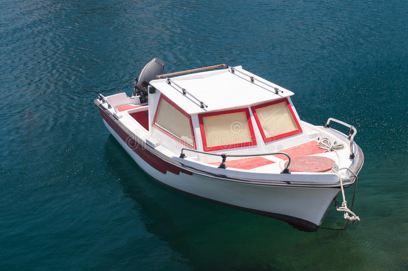 在净水停泊的小汽艇 免版税库存照片