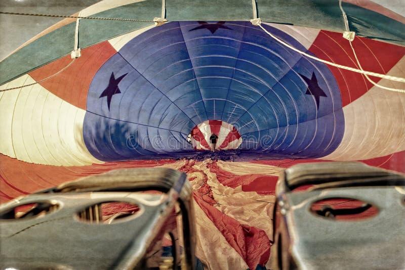 在准备好一个热空气的气球里面的试验检查 免版税库存照片