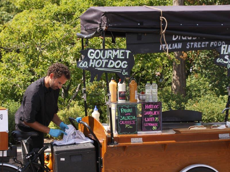 在准备好之外的食物卡车对在街道的服务饭食 免版税图库摄影