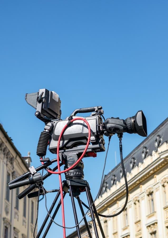 在准备好的三脚架的摄像头射击 图库摄影