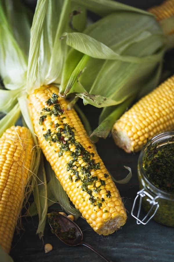 在准备好的玉米棒的玉米被烤在烤肉用Chimichurri调味汁 图库摄影