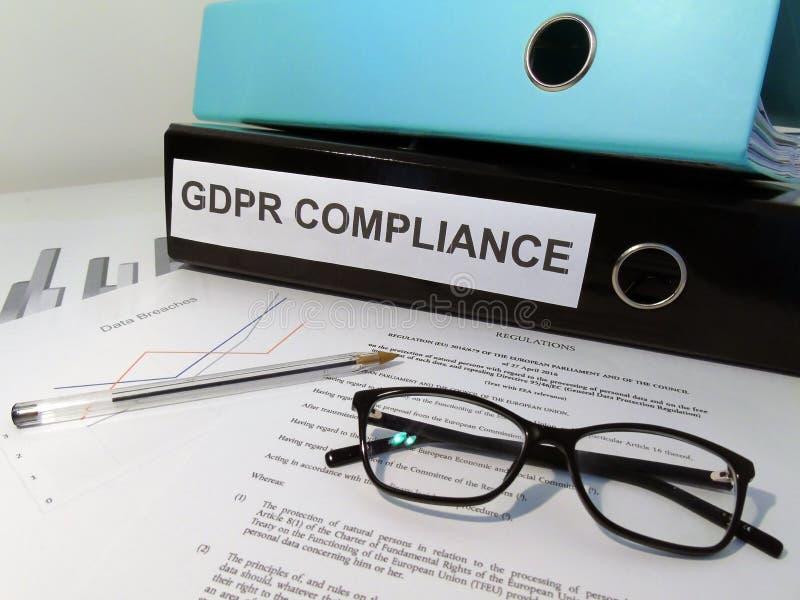 在凌乱的书桌上的一般数据保护章程GDPR服从杠杆曲拱文件夹 免版税图库摄影