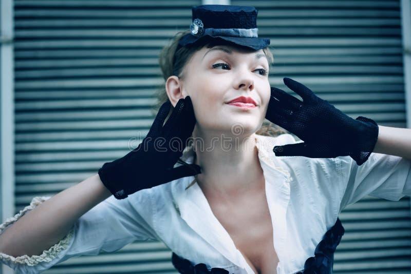 在减速火箭的样式打扮的妇女 免版税库存照片