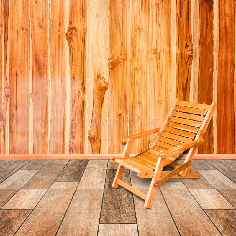 在减速火箭的样式的木轻便折叠躺椅在木地板内部 库存图片