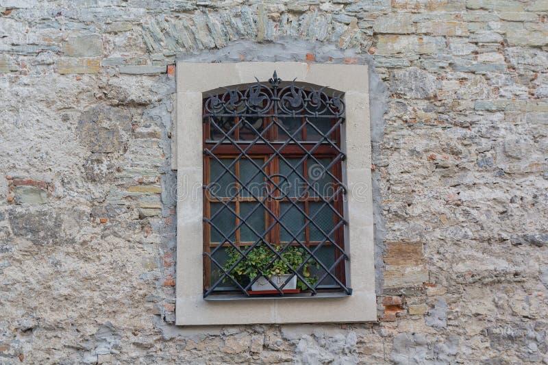 在减速火箭的样式的老窗口在砖墙上 库存照片